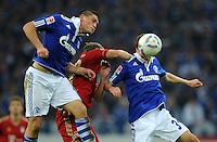 FUSSBALL   1. BUNDESLIGA   SAISON 2011/2012    6. SPIELTAG FC Schalke 04 - FC Bayern Muenchen                       18.09.2011 Kyriakos PAPADOPOULOS (li) und Julian DRAXLER (re, beide Schalke) gegen Toni KROOS (MItte, Bayern)