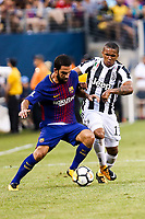 EAST RUTHERFORD, EUA, 22.07.2017 - JUVENTUS-BARCELONA - Arda Turan do Barcelona (ESP) disputa bola com Douglas Costa da Juventus (ITA) valido pela Internacional Champions Cup no MetLife Stadium na cidade de East Rutherford nos Estados Unidos neste sábado, 22.(Foto: William Volcov/Brazil Photo Press)