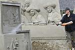 Foto: VidiPhoto<br /> <br /> GARDEREN &ndash; In Garderen wordt dinsdag nog stevig doorgewerkt om het Veluws Zandsculptuur Festijn op tijd gereed te krijgen. Vrijdag komen de eerste bezoekers. Het is overigens nog maar de vraag of de internationale publiekstrekker (jaarlijks 170.000 bezoekers) van eigenaar Adri van Ee doorgang mag vinden. Volgens de gemeente staat het levensechte 3D-schilderij van de Anatomische les van Rembrand in een schuurtje dat &ldquo;woonbestemming&rdquo; heeft. Daarvoor heeft de ondernemer al 7500 euro boete gekregen. Als het kunstwerkt niet wordt verwijderd, dan volgt sluiting van het park, dat dit jaar ruim 100 sculpturen van &lsquo;oude meesters&rsquo; telt. Bezoekers mogen zelfs niet door een raampje naar binnen kijken. Een andere &lsquo;ramp&rsquo; had vorige week plaats toen het 5 meter hoge schilderij &ldquo;De Nachtwacht&rdquo; instortte. Daar wordt de komende weken nog aan gewerkt. Aan het festijn, dat tot en met 27 oktober duurt, werken 25 internationale kunstenaars mee.