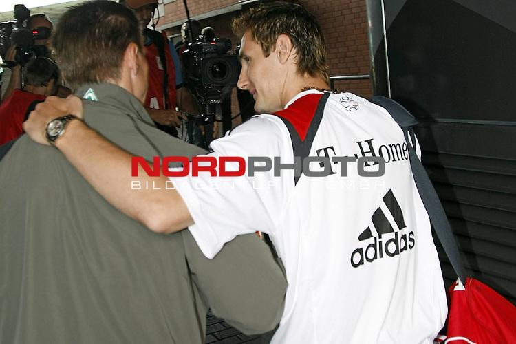 FBL 07/08 HInrunde 2. Spieltag<br /> <br /> SV Werder Bremen - Bayern Muenchen<br /> <br /> Miroslav Klose (Bayern #18)  kommt zum erstenmal an seine alte Wirkungsstelle zur&uuml;ck. Wird herzlich von Jurica Vranjes ( Bremen #7 ) in Empfang genommen<br /> <br /> <br /> Foto:&copy; nph (nordphoto) <br /> <br /> <br /> <br />  *** Local Caption ***