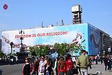 ESC Vorbericht <br />Ein paar Tage vor dem ESC in der Innenstadt von Kiew: <br />Der neu angebrachte Slogan &quot;Freedom is our religion&quot; auf dem Maidan in Kiew. Das Banner verdeckt das immer noch nicht renovierte Gewerkschaftshaus, welches w&auml;hrend der Revolution 2013-2014 als Hauptquartier der Demonstranten diente und in der Nacht vom 18. auf den 19. Februar nahezu komplett ausbrannte.