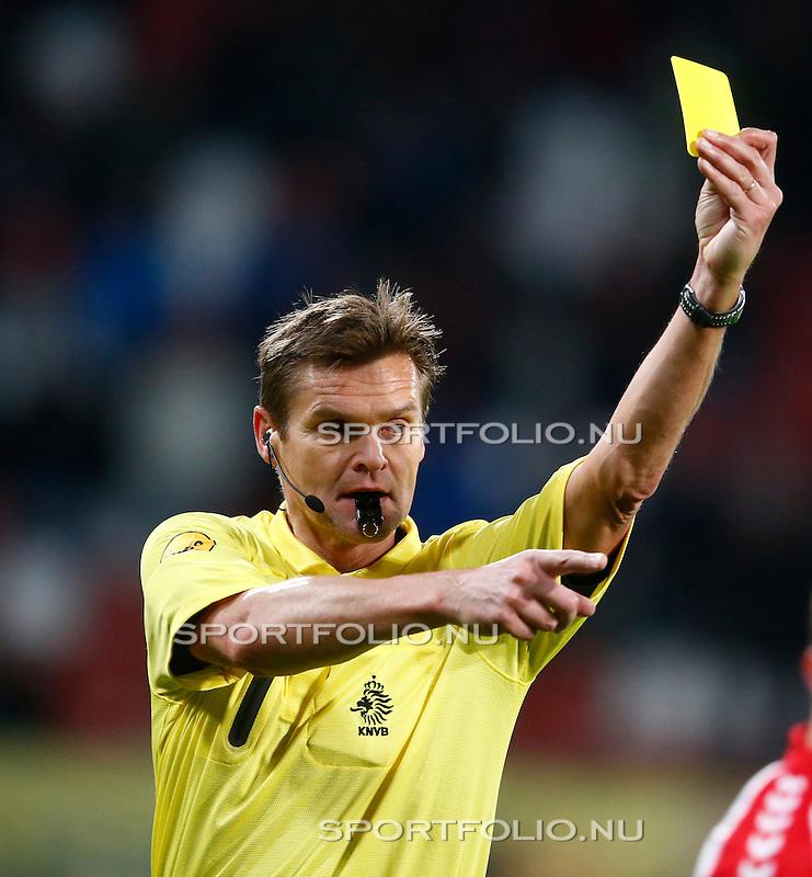 Nederland, Utrecht, 26 oktober 2012.Eredivisie.Seizoen 2012-2013.FC Utrecht-FC Groningen (1-0).Scheidsrechter Eric Braamhaar heeft een gele kaart in zijn hand