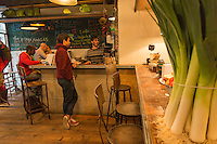 Europe,France,Ile-de-France,75004 ,Paris: Restaurant Miznon (Eyal Shani) 22, rue des Ecouffes, 75004  : pitas d'anthologie - lme bar et la salle
