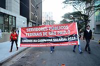 SAO PAULO, 23 DE AGOSTO DE 2012 - MANIFESTACAO GREVE SERVIDORES FEDERAIS - servidores publicos federais em protesto contra congelamento de salarios e 6 anos sem aumento salarial, em frente ao Forum Jarbas Nobre, da Justiça Federal, na tarde desta quinta feira, regiao central da capital. FOTO: ALEXANDRE MOREIRA - BRAZIL PHOTO PRESS
