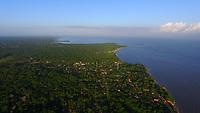Vista aérea das prais da ilha do Mosqueiro banhadas pelas águas da baia do Marajó, foz do rio Amazonas.<br /> Praias do Paraiso, Cachimbo e Marahu.<br /> Ilha do Mosqueiro, Belém, Pará, Brasil.<br /> ©Paulo Santos<br /> <br /> A ilha de Mosqueiro é um distrito administrativo do município de Belém. De fato, Mosqueiro é uma ilha fluvial localizada na costa oriental do rio Pará, um braço sul do rio Amazonas, em frente à baía do Marajó. Apresenta área de aproximadamente 212 km² e está localizada a 70 km de distância do centro de Belém. Possui 17 km de praias de água doce com movimento de maré.