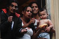 SAO PAULO, SP, 02 DE FEVEREIRO 2012 - REINTEGRAÇÃO DE POSSE - FRENTE DE LUTA POR MORADIA (FLM)- Policiais cuprem ordem judicial na manhã desta quinta-feira (02). Justiça determina a reintegração de posse do Edificio ocupado por integrantes do movimento Frente de Luta por Moradia (FLM) no predio da Av. Ipiranga com a Av. São João.(FOTOS: AMAURI NEHN/NEWS FREE)