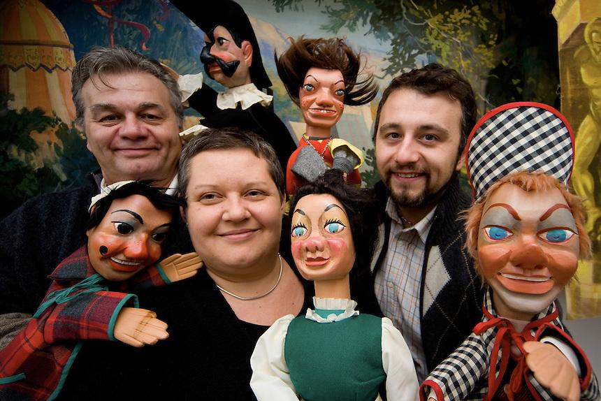 La tradizione del teatro dei buratini bolognese. Riccardo Pazzaglia ha imparato l'arte del burattinaio da bambino. Lo hanno seguito la moglie ed il padre.