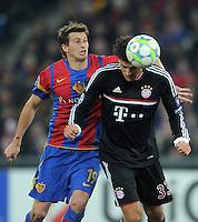FUSSBALL   CHAMPIONS LEAGUE   SAISON 2011/2012   ACHTELFINALE HINSPIEL FC Basel - FC Bayern Muenchen     22.02.2012 David Abraham (li, FC Basel) gegen Mario Gomez (FC Bayern Muenchen)