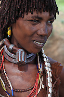 A Hamer woman wears around her neck a necklace called a bigneri that shows her position as first wife in this polygamous society. The necklace is covered in the skins from a couple of dikdik, which symbolize union. The young initiate has to hunt them without having recourse to iron implements or arms. Dikdik leather is sacred. The dikdiks have a reputation for fidelity and loyalty.///Une femme Hamer porte autour de son cou le collier appelé bignéri qui indique sa position de première femme dans cette société polygame. Ce collier est recouvert de la peau d'un couple de dikdiks qui symbolise l'union. Le jeune initié se doit de les chasser sans avoir recours au fer. Le cuir du dikdik est sacré. Les dikdiks ont une réputation de fidélité et de loyauté.