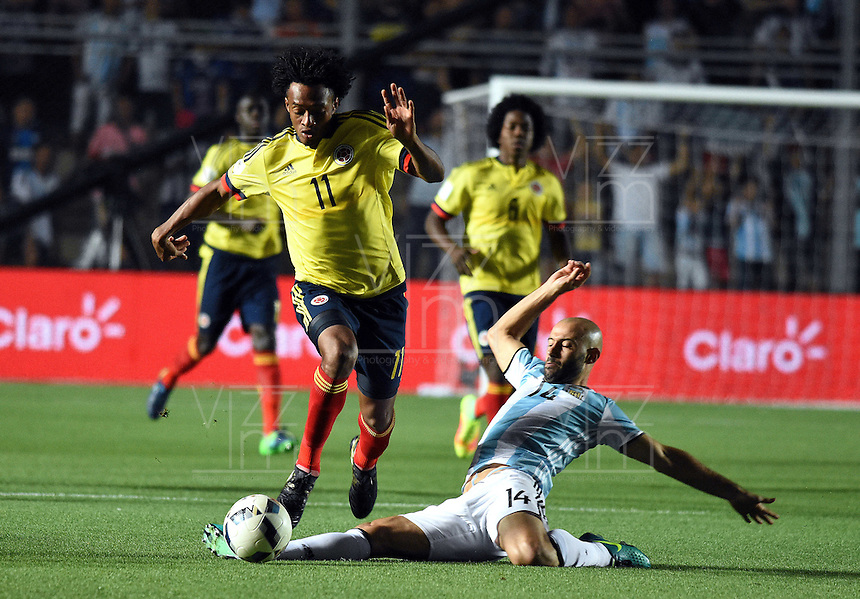 SAN JUAN- ARGENTINA-15-11-2016: Javier Mascherano  (Der.) jugador de Argentina, disputa el balón con Juan Guillermo Cuadrado (Izq.) jugador de Colombia, durante partido entre los seleccionados de Argentina y Colombia por la fecha 12 válido por la clasificación a la Copa Mundo FIFA Rusia 2018, jugado en el Estadio San Juan del Bicentenario de la ciudad de San Juan. /  Javier Mascherano  (R) player of Argentina, vies the ball with Juan Guillermo Cuadrado (L) player of Colombia during match between Argentina and Colombia for the date 12 valid for the  FIFA World Cup Russia 2018, Qualifier played at San Juan del Bicentenario Stadium in San Juan city. Photo: VizzorImage / Mario Garcia /Photogamma / Cont.