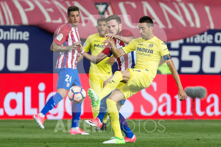 Saul Iniguez of Atletico de Madrid  competes for the ball with Bruno Soriano of Villarreal during the match of La Liga between Atletico de Madrid and Villarreal at Vicente Calderon  Stadium  in Madrid, Spain. April 25, 2017. (ALTERPHOTOS/Rodrigo Jimenez)