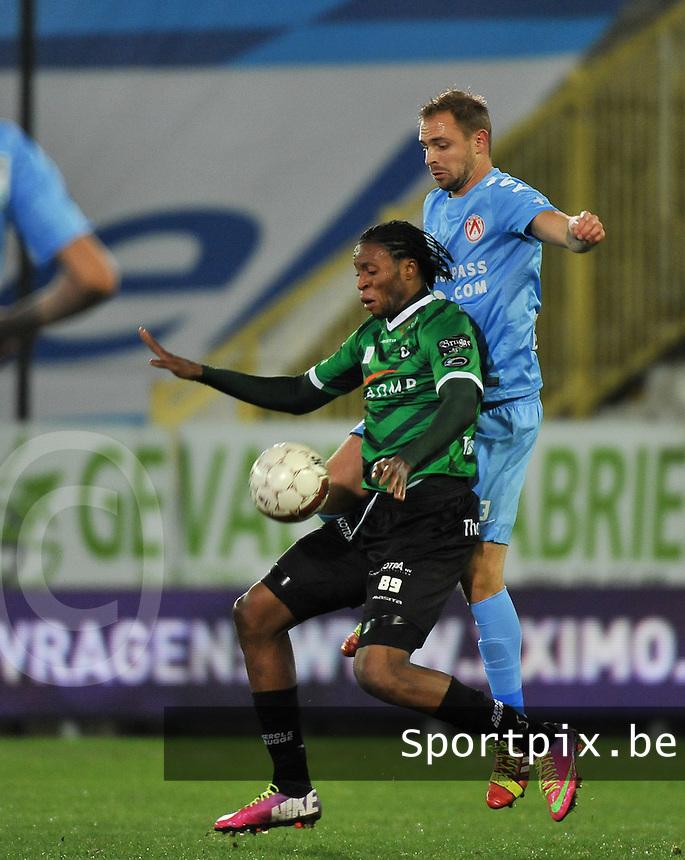 Cercle Brugge - KV Kortrijk : Junior Kabananga met de buikcontrole voor de opzittende Baptiste Martin (rechts)<br /> foto VDB / Bart Vandenbroucke
