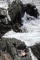 Bagnanti su una scogliera tra Riomaggiore e Manarola, alle Cinque Terre.<br /> Bathers on a cliff between Riomaggiore and Manarola, at the Cinque Terre.<br /> UPDATE IMAGES PRESS/Riccardo De Luca