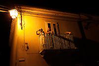 Provvidenti: gente affacciata al balcone di casa assiste ad uno spettacolo in piazza
