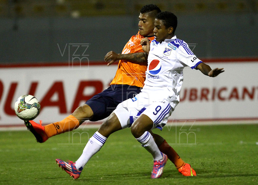 TRUJILLO- PERU - 28-08-2014: Andy Parado (Izq.) jugador de Universidad Cesar Vallejo de Peru, disputa el balón con Andy Polo (Der.) jugador Millonarios de Colombia durante partido de vuelta entre Universidad Cesar Vallejo de Peru y Millonarios de Colombia de la primera  fase, llave 14 de la Copa Total Suramericana en el estadio Mansiche, de, de la ciudad de Trujillo.  / Andy Parado (L) player Universidad Cesar Vallejo of Peru, vies for the ball with Andy Polo (R) player of Millonarios of Colombia, during a match of the second leg between Universidad Cesar Vallejo of Peru and Millonarios of Colombia for the first phase, key 14 of the Copa Total Suramericana in the Mansiche stadium in Trujillo city. Photos: Diario Libero / Photogamma / VizzorImage.