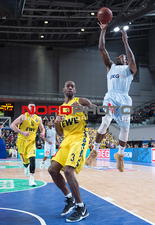 10.02.2019, &Ouml;VB Arena, Bremen, GER, easy Credit-BBL, Eisb&auml;ren Bremerhaven vs EWE Baskets Oldenburg, im Bild<br /> frei zum Wurf...<br /> Durrell SUMMERS ( Eisb&auml;ren Bremerhaven #33 )<br /> Will CUMMINGS (EWE Baskets Oldenburg #3 )<br /> Foto &copy; nordphoto / Rojahn