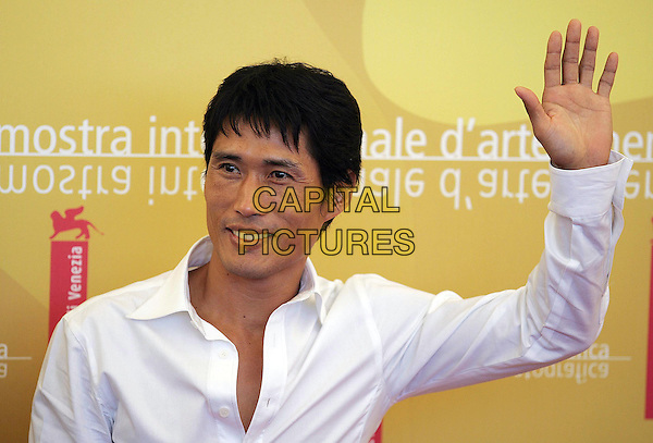"JUNG DOO-HONG .""Jjakpae"" photocall on the third day of the 63rd Venice International Film Festival, Venice, Italy. .September 1st, 2006 .Ref: OME/GPA.half length shirt white hand arm waving.www.capitalpictures.com .sales@capitalpictures.com .©Omega/Capital Pictures"