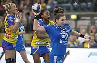 Handball Champions League Frauen 2013/14 - Handballclub Leipzig (HCL) gegen Metz (FRA) am 10.11.2013 in Leipzig (Sachsen). <br /> IM BILD: Karolina Kudlacz (HCL) lässt die Gegnerinnen hinter sich <br /> Foto: Christian Nitsche / aif