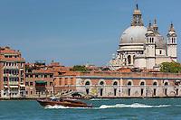 Italie, Vénétie, Venise:  Canal de la Giudecca, Pont de Ca' Balà et Basilique Santa Maria della Salute de Venise   // Italy, Veneto, Venice:  Giudecca Canal, Ponte de Ca' Balà and Santa Maria della Salute