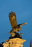 Bronze des Turul-Vogel vor dem Burgpalast in Buda, Budapest, Ungarn, UNESCO-Weltkulturerbe