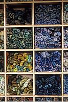 Europe/France/Limousin/23/Creuse/Aubusson: Atelier de tapisseries: magasin des laines et cotons - Détail des cotons - Aubusson est la capitale mondiale de la tapisserie