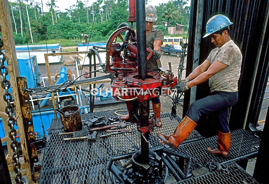 Extração de petróleo na amazônia equatoriana. Equador. 1987. Foto de Juca Martins.