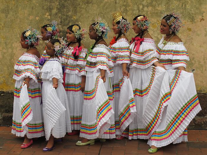 &quot;Sublime tradici&oacute;n que viste la felicidad de fiesta&quot;.<br /> <br /> Polleras / pollera tireada, Ciudad de Panam&aacute;.<br /> <br /> Edici&oacute;n de 10 | V&iacute;ctor Santamar&iacute;a.