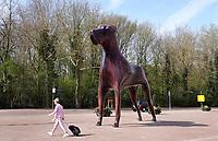 Nederland - Assen-  April  2019 . Grote hond Mannes bij het Station. Mannes werd ontworpen door NIO architecten en beeldend kunstenaar Q.S. Serafijn.   Foto Berlinda van Dam / Hollandse Hoogte