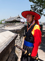 Wächter Soonradoon in traditioneller Kleidung beim Nordtor Hwaseomun der Festung von Suwon, Provinz Gyeonggi-do, Südkorea, Asien, Unesco-Weltkultueerbe<br /> Guard Soonradoon in traditional uniform near northgate Hwaseomun of fortress Hwaseong, Suwon, Province Gyeonggi-do, South Korea Asia, UNESCO World-heritage