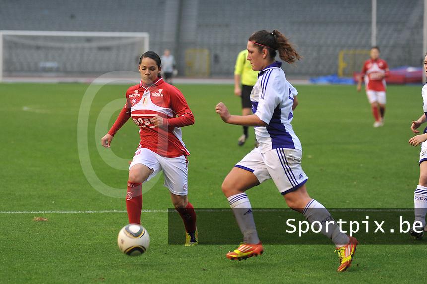 RSC Anderlecht Dames - Standard Femina de Liege : Lola Wajnblum aan de bal voor LAurence Marchal.foto JOKE VUYLSTEKE / Vrouwenteam.be