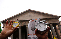 "Manifestazione a sostegno della legge sulle unioni civili in discussione nei prossimi giorni al Senato, a Roma, 23 gennaio 2016.<br /> Protesters hold alarm clocks during demonstration in favor of civil unions rights, including gay couples, ahead of a parliamentary debate, in Rome, 23 January 2016. The sign reads ""It's time to be civil"". <br /> UPDATE IMAGES PRESS/Riccardo De Luca"