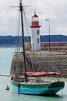 France, Côtes d'Armor (22),Côte d'Emeraude, Erquy, vieux gréement Sainte-Jeanne et le phare sur le port // France, Cotes d'Armor,  Emeraude coast , Erquy,  old rigging  and  lighthouse on port <br /> lugger
