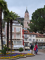 Kurpromenade und St. Nikolaus, Meran-Merano, Bozen &ndash; S&uuml;dtirol, Italien<br /> Spa promenade and St. Nicholas, Meran-Merano, province Bozen-South Tyrol, Italy