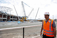 ATENCAO EDITOR FOTO EMBARGADA PARA VEICULO INTERNACIONAL - SAO PAULO, SP, 06 OUTUBRO 2012 - ELEICOES SP - FERNANDO HADDAD - O candidato a prefeitura de Sao Paulo Fernando Haddad (PT) durante visita as obras do Estadio Itaquerao, na regiao leste da capital paulista. FOTO: VANESSA CARVALHO - BRAZIL PHOTO PRESS.