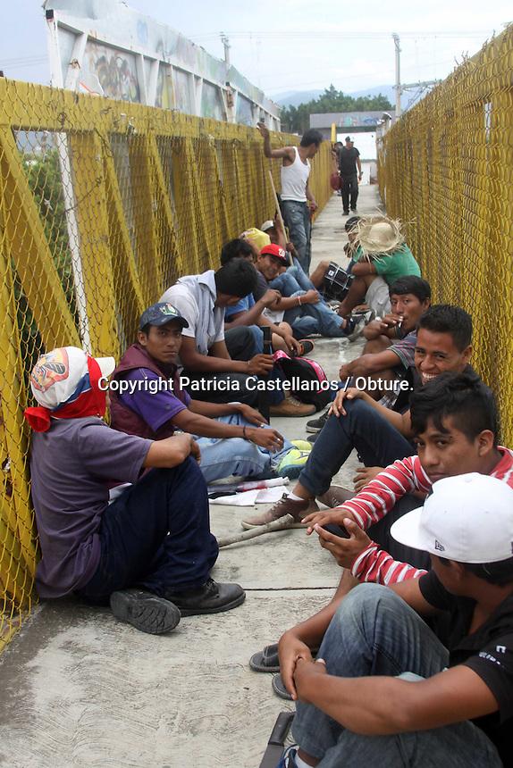 Oaxaca de Ju&aacute;rez, Oax. 20/07/2015.- Desde temprana hora, integrantes de Comit&eacute; de Defensa de los Derechos Ind&iacute;genas (CODEDI)arribaron a la capital de Oaxaca, e iniciaron una marcha partiendo del crucero del Aeropuerto con destino al parque Madero, sin embargo a su paso fueron bloqueados por elementos de la polic&iacute;a estatal, quienes moment&aacute;neamente impidieron su incursi&oacute;n al centro de la ciudad.<br /> <br />  <br /> <br /> En tanto, los manifestantes portando palos, machetes y algunos con la cara tapada con paliacates o camisas, esperaron en las inmediaciones de la carretera 175 sobre S&iacute;mbolos Patrios, hasta que los uniformados se retiraron para continuar con sus protesta.<br /> <br />  <br /> <br /> Cabe destacar que en esta marcha participaron habitantes de  38 comunidades de 15 municipios de Costa y Sierra Sur, mismos que exigieron una mesa de dialogo con el gobierno estatal para que les fueran resueltas sus peticiones de &iacute;ndole social e infraestructura.<br /> <br /> Foto: Patricia Castellanos / Obture.