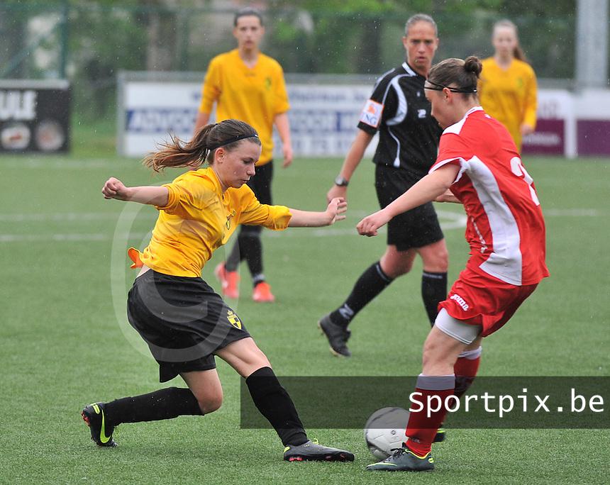 Lierse U16 - Standard de Liege U16 : Maud Dupont aan de bal voor Mael Sweeck.foto DAVID CATRY / Nikonpro.be