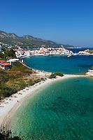 Greece, Aegean Islands, Southern Sporades, Island Samos: resort Kokkari, view over beach | Griechenland, Aegaeis, Suedliche Sporaden, Insel Samos: Urlaubsort Kokkari mit Hafen und Strand