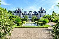 France, Loir-et-Cher (41), Cheverny, château de Cheverny, la façade nord et le jardin des apprentis