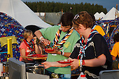 Brittish scouts cooking and eating. Photo: Magnus Fröderberg/Scouterna