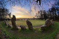 United Kingdom, England, Oxfordshire, Cotswolds, Chipping Norton: The Rollright Stones Bronze Age stone circle at sunrise | Grossbritannien, England, Oxfordshire, Cotswolds, Chipping Norton: Die Rollright Stones aus der Bronzezeit bei Sonnenaufgang