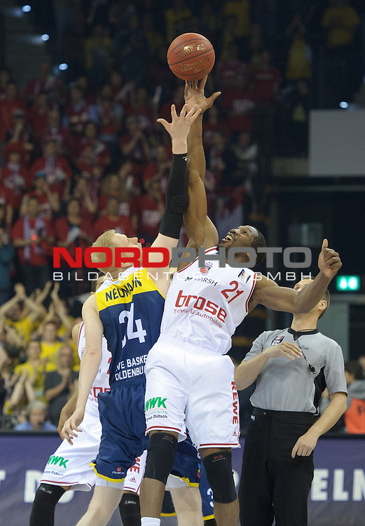 12.04.2015, EWE Arena, Oldenburg, GER, Beko BBL Top Four, Finale, Brose Baskets vs EWE Baskets Oldenburg, im Bild Philipp Neumann (Oldenburg #34), Trevor Mbakwe (Brose Baskets #21)<br /> <br /> Foto &copy; nordphoto / Frisch
