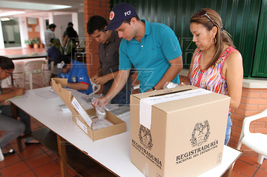BUCARAMANGA -COLOMBIA. 15-06-2014. Jurados electorales hacen el conteo de votos en Bucaramanga al final de la segunda vuelta de la elección de Presidente y vicepresidente de Colombia que se realiza hoy 15 de junio de 2014 en todo el país./ Electoral juries make the vote count Bucaramanga at the end of the second round of the election of President and vice President of Colombia that takes place today June 15, 2014 across the country. Photo: VizzorImage / Duncan Bustamante /Str