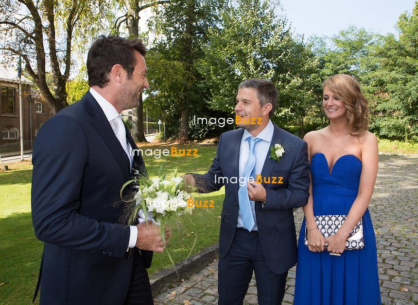 SEMI-EXCLUSIF : Sandrine Corman, l'animatrice de t&eacute;l&eacute;vision se marie avec Michel Bouhoulle ( prof de tennis et consultant sur la RTBF, cha&icirc;ne de t&eacute;l&eacute;vision belge ). Un mariage civile qui s'est d&eacute;roul&eacute; &agrave; la maison communale ( mairie ) de Lasne, situ&eacute;e dans la banlieue bruxelloise, en Belgique. Les deux amoureux se sont dit &laquo;oui&raquo; &agrave; 15h13 sous l&rsquo;air de &laquo;You are so beautiful&raquo; de Joe Cocker.Sandrine Corman s'est mari&eacute;e dans une robe blanche ( sign&eacute;e Charline Verbecken ).<br /> Oscar, le fils de Sandrine et Rapha&ecirc;l, le plus jeune fils de Michel Bouhoulle leur ont apport&eacute; les alliances. Fanny Jandrain et St&eacute;phane Van Bellingen &eacute;taient leurs t&eacute;moins ( animateurs t&eacute;l&eacute; sur RTL ). Parmi les autres invit&eacute;s, &eacute;taient pr&eacute;sents Sabrina Jacobs, Fanny Jandrain, Charlotte Baut ou encore, Emilie Dupuis. Mais aussi, de repr&eacute;sentants d&rsquo;une cha&icirc;ne rivale et n&eacute;anmoins amie, comme le petit couple Elodie de S&eacute;lys et Benjamin Deceuninck. . Le mariage s'est poursuivi au ch&acirc;teau-ferme de Profondval avec 280 invit&eacute;s o&ugrave; le couple est arriv&eacute; &agrave; bord d'une ancienne MG Morgan d&eacute;capotable.<br /> Belgique, 12 septembre 2014.<br /> PIC :  Michel Bouhoulle, Benjamin Deceuninck et Elodie de S&eacute;lys