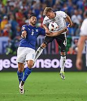 FUSSBALL EURO 2016 VIERTELFINALE IN BORDEAUX Deutschland - Italien      02.07.2016 Graziano Pelle (li, Italien) gegen Benedikt Hoewedes (re, Deutschland)