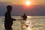 Foto: VidiPhoto..ROTTERDAM - Nederlandse sportvissers vissen voor de kust van Denemarken op zeeforel. Behalve dat de populariteit van het sportvissen in eigen land enorm is toegenomen -1,8 miljoen Nederlanders vissen minstens eenmaal per week- neemt ook de belangstelling voor buitenlandse vistrips flink toe.  Een groeiend aantal reisbureaus houdt zich bezig met het organiseren van visreizen. Woensdag publiceren de Nederlandse Vereniging van Sportvisfederaties (NVVS) en de Organisatie ter Verbetering van de Binnenvisserij (OVB) op de sportvisbeurs Visma in Rotterdam deze cijfers.
