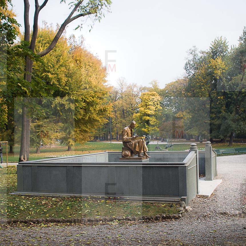 La statua di Indro Montanelli nei parco di Porta Venezia a milano..The Statue of Indro Montanelli, one among the most important italian journalist, in Porta Venezia park of Milan.