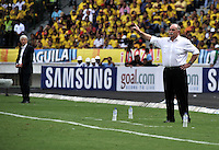 BARRANQUILLA - COLOMBIA -22-03-2013: Xavier Azkargorta (Der.), director técnico de Bolivia da instrucciones durante  partido Colombia - Bolivia en el Estadio Metropolitano Roberto Meléndez en la ciudad de Barranquilla, marzo 22 de 2013. Partido de la 11 ª fecha de las Clasificatorias Sudamericanas para la Copa Mundial de la FIFA Brasil 2014. (Foto: VizzorImage / Luis Ramírez / Staff). Xavier Azkargorta (R) coach of Bolivia gives instructions during a match Colombia - Bolivia at the Metropolitan Stadium Roberto Melendez in Barranquilla city, on March 16, 2013. Game of the 11th round of the South American Qualifiers for the FIFA World Cup Brazil 2014. (Photo: VizzorImage / Luis Ramirez / Staff.)