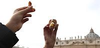 Bambini  tengono in mano la statuina del Bambinello mentre Papa Francesco recita l'Angelus domenicale affacciato su piazza San Pietro dalla finestra del suo studio. Citta' del Vaticano, 16 dicembre, 2018.<br /> Children hold a statue of the Christ Child while Pope Francis recites the Sunday Angelus noon prayer from the window of his studio overlooking St. Peter's Square, at the Vatican, on December 16, 2018.<br /> UPDATE IMAGES PRESS/Isabella Bonotto<br /> <br /> STRICTLY ONLY FOR EDITORIAL USE