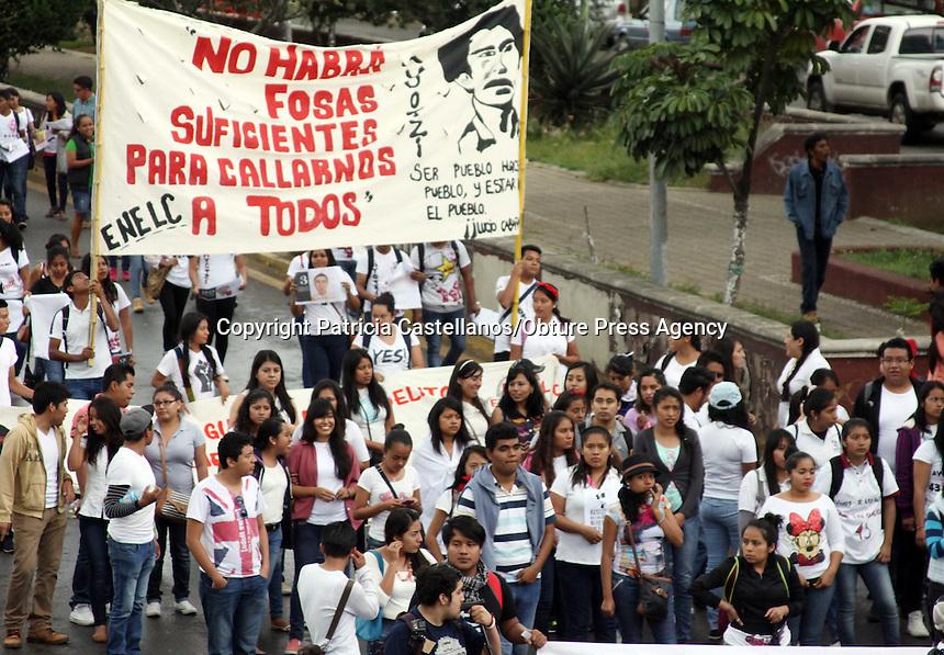 Oaxaca, Oax. 28 sept 2015.- Integrantes de la Coordinadora Estudiantil Normalista del Estado de Oaxaca (CENEO), marcharon en exigencia de justicia para los 43 normalistas de Ayotzinapa Guerrero, lo anterior, a un a&ntilde;o de su desaparici&oacute;n en Iguala.<br /> <br /> Partiendo del crucero del IEEPO, donde una decena de polic&iacute;as federales resguardaban el edificio, los estudiantes de las diversas normales de Oaxaca, iniciaron su marcha con destino al z&oacute;calo capitalino, donde efectuaron un mitin.
