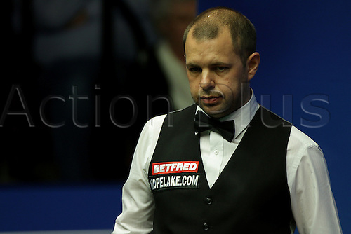 24.04.2016: 2016 Betfred World Snooker Championships.  Barry Hawkins in action against Ronnie O'Sullivan in the 2nd round at world Snooker, at the Crucible Theater, Sheffield, England